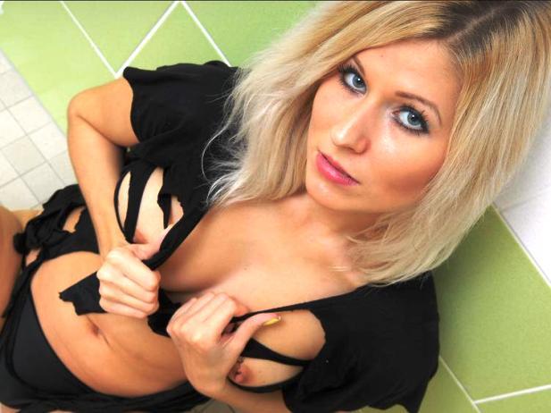 sexcam-girl-mit-blonden-haaren-im-erotischen-chat